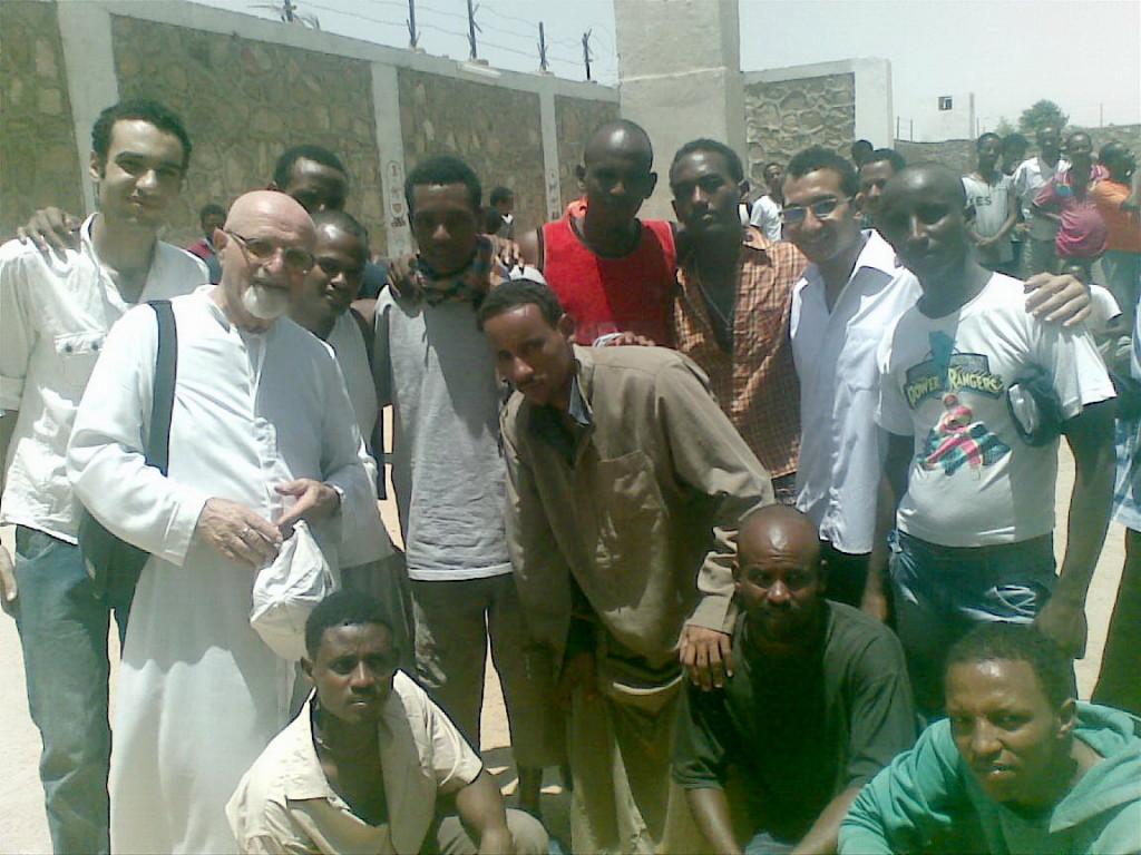 Padre Giuseppe Cruciani fra i profughi eritrei di Aswan